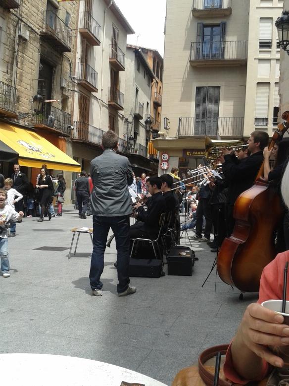 Sábado por la mañana los músicos se preparan para tocar sardanas (baile típico catalán)