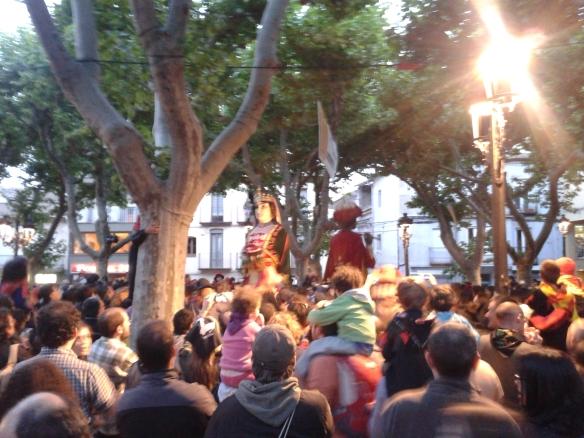 Ya anochece, los Gigantes bailan al son de la música y la gente también.
