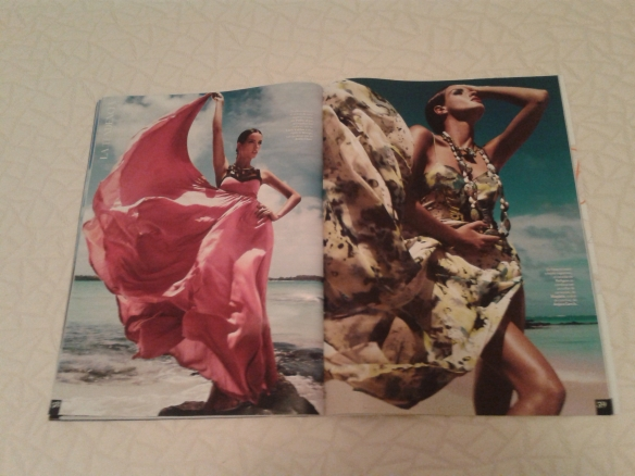 La playa, el viento y las telas de los vestidos moviendose a su capricho.
