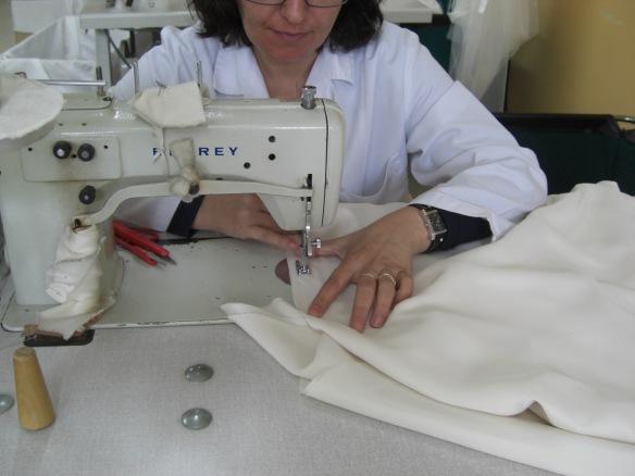 Cosiendo la base del vestido