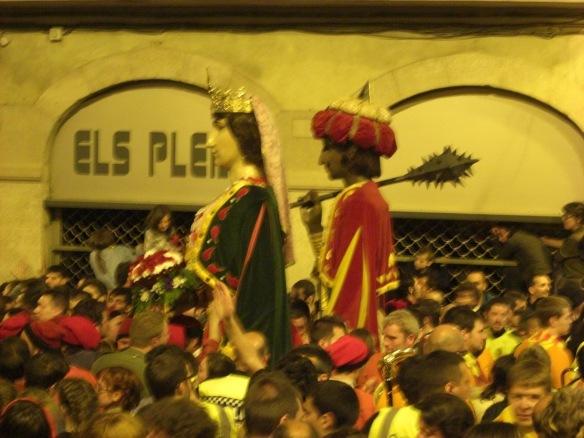 Los Gigantes abandonan la plaza  le siguen los músicos y la gente hasta la siguiente plaza.