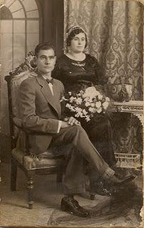 Novio sentado novia de pie, curioso ¿no?