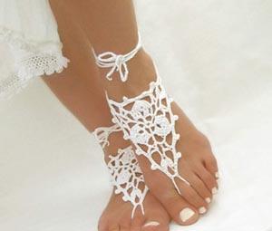 Sandalias de encaje para una boda en la playa.