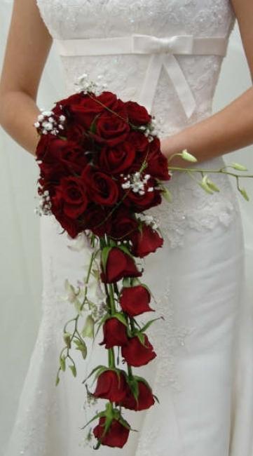 Muy bonito con la cascada de rosas.