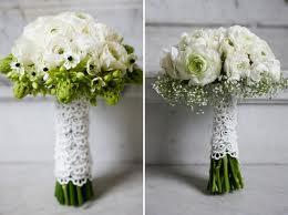 Ramo de flores blancas con los tallos forrados de encaje.