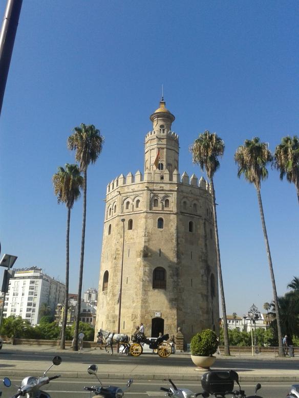 La tantas veces fotografiada Torre del Oro.