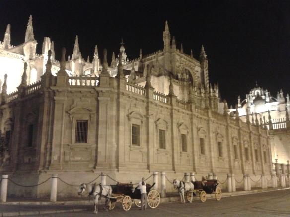 Su impecable Catedral y sus típicos coches de caballos,