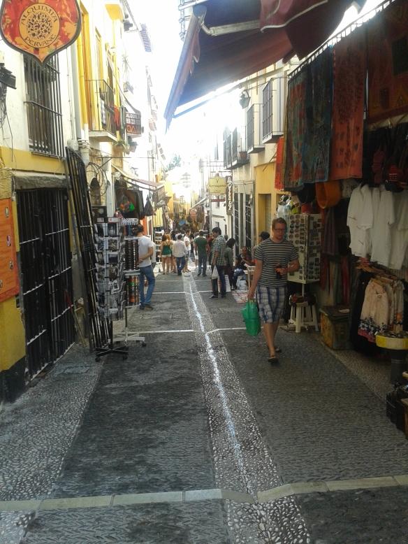 Barrio del Albaicín, esta calle es como si fuera un zoco de cualquier ciudad árabe.