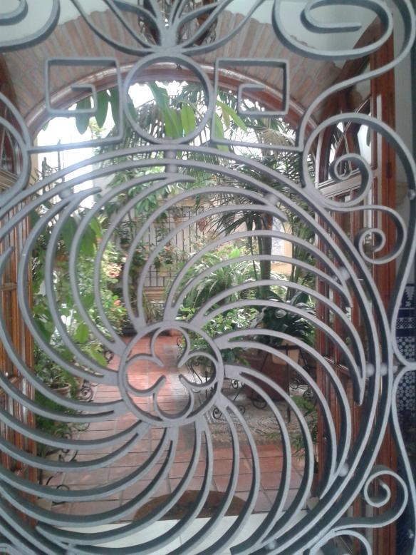 Tras las rejas se puede ver uno de los patios típico de la judería cordobesa.