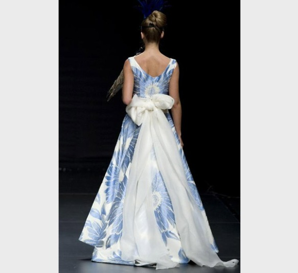 Vestido estampado en tonos azules de María Alegre, destaca el lazo de la espalda.