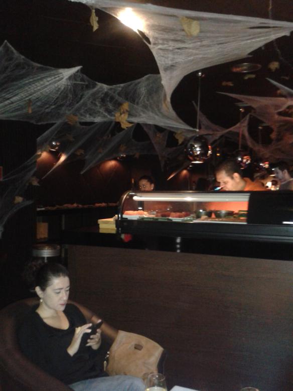 Como era la noche de Halloween estaba decorado para la ocasión.