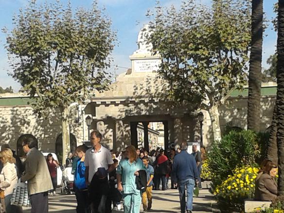 Salida y entrada de gente en el cementerio de Pueblo Nuevo.