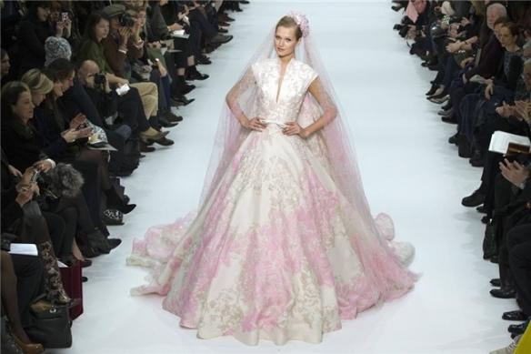 El vestido de princesa estampado en flores rosas, del diseñador libanés Elie Saab, El velo al tono, con casquete.