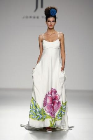 Precioso, pero para Otoño, recomiendo un bolero al tono del estampado en verde o rosa. Con un vestido como éste, el baile de final de fiesta será muy cómodo. El vestido es de Jorge Terra.