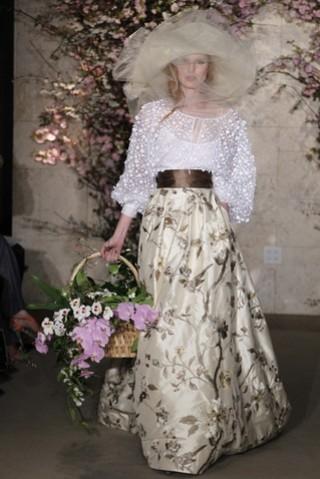 Vestido de Óscar de la Renta, espectacular la pamela y el detalle de la cesta de flores sustituyendo al lásico ramo, genial!!