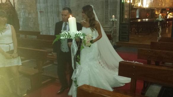 La novia entrando en la iglesia del brazo del padre.