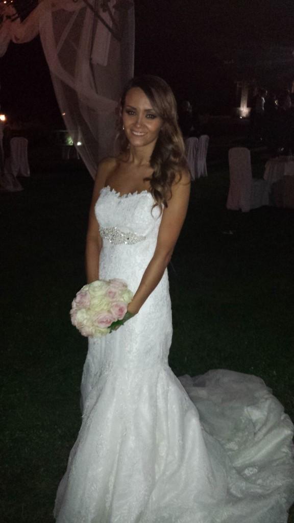 El vestido de la novia es el modelo Urdial de Pronovias.