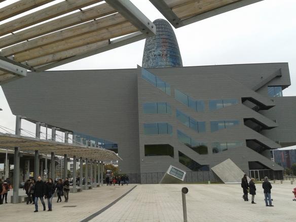 Edificio del Disseny Hub Barcelona, que albergará en un futuro el museo del traje de Barcelona entre otras cosas.