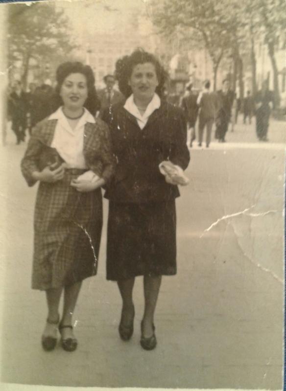 Rosa con su amiga por las calles de Barcelona.