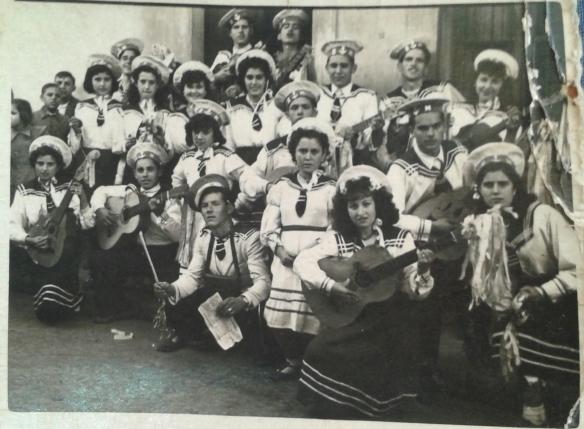 El grupo de la Rondalla con sus trajes de gala.