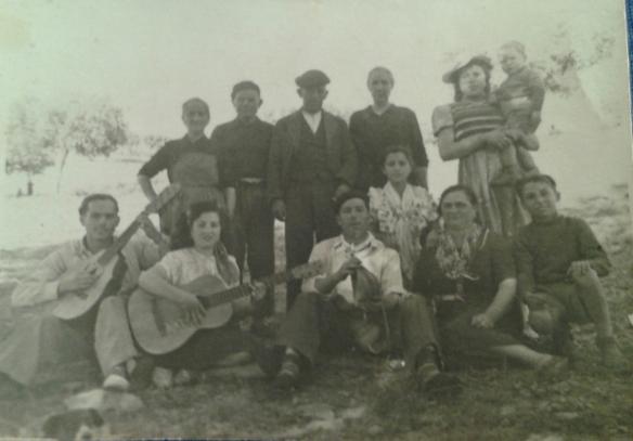 Roosita con gente del pueblo y su inseparable guitarra.