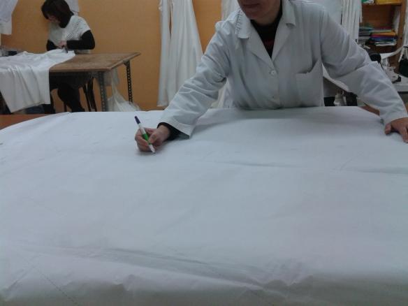 Marcando la falda de tul donde van cosidas unas grecas de guipur.