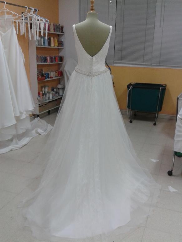 En la falda, compuesta de varias faldas de tul, se puede apreciar una ligera cola.