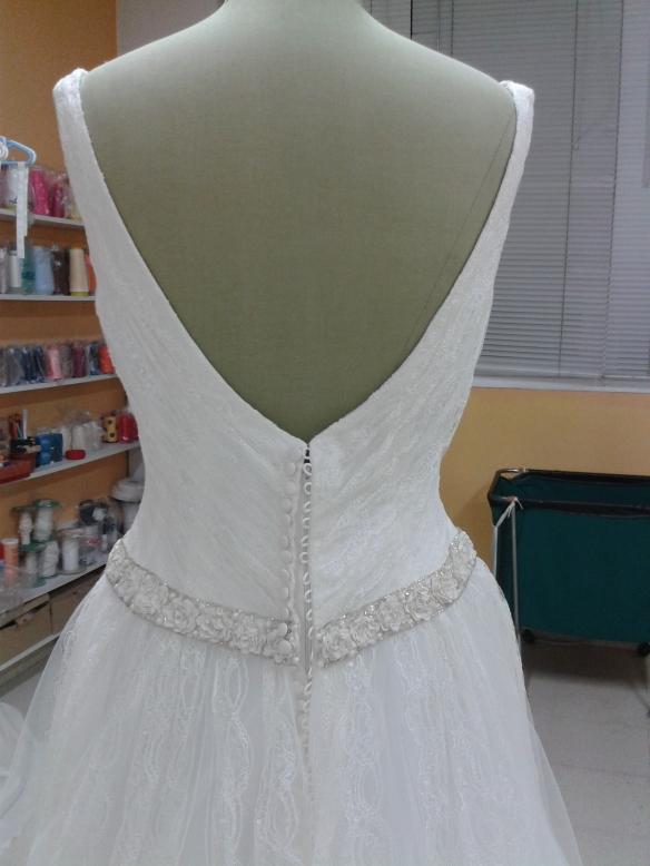 La espalda lleva el drapeado en forma de V.