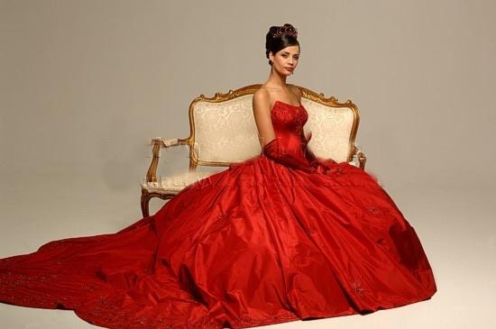 Vestido rojo con gran cola.