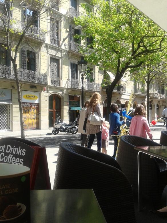 Los niños con las palmas, paseando por Rambla Cataluña