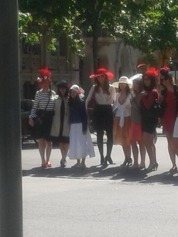 Grupo cruzando el semáforo.